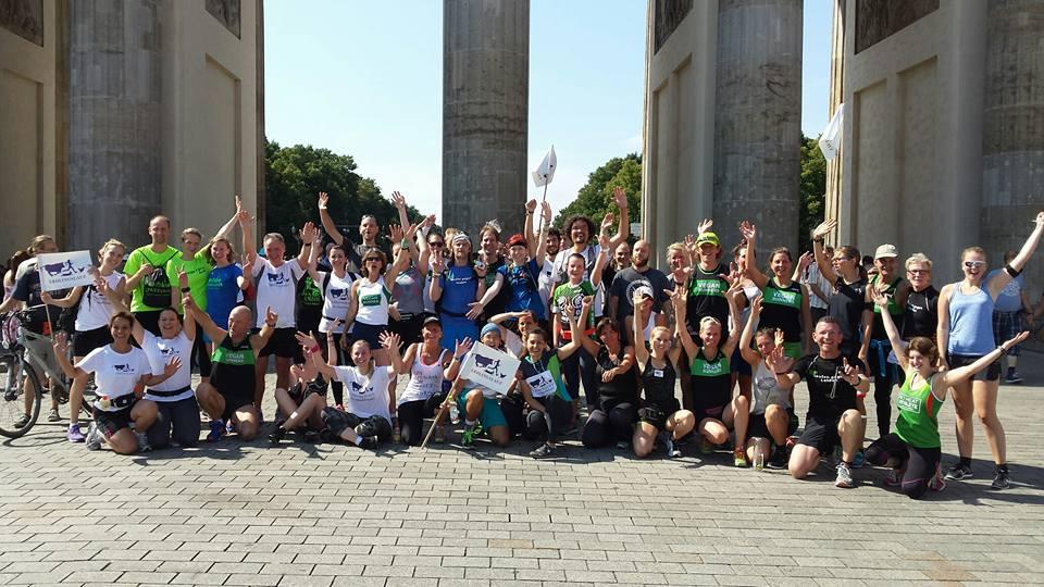 Gruppenfoto der letzten Staffel vom Brandenburger Tor zum Alexanderplatz