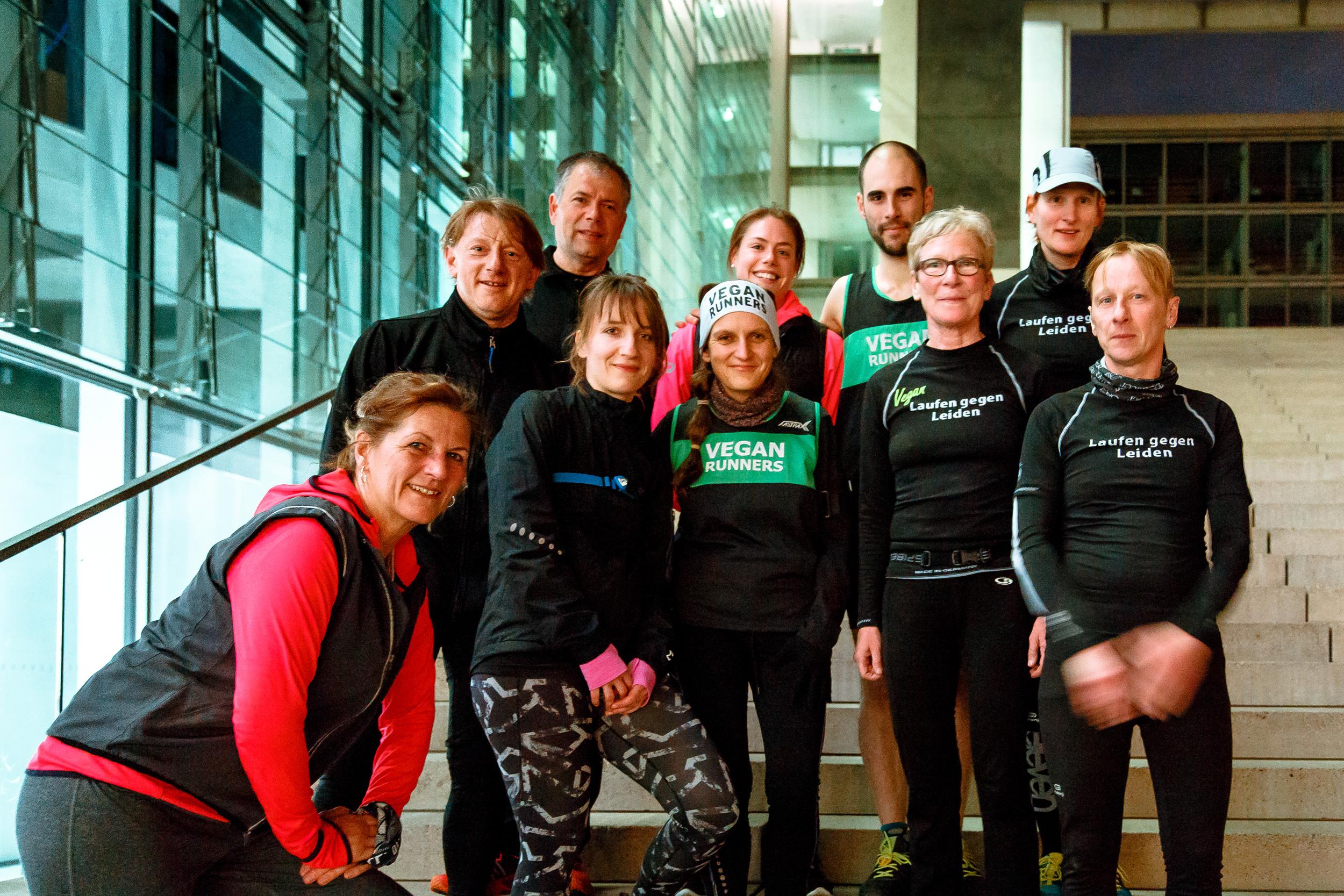 Gruppenbild vom 22.04.16, welches der Fotograf Thomas Franke spontan im Regierungsviertel aufnahm und uns netterweise auch zur Verfügung stellte (Quelle: flickr.com/photos/einfaltspinsel/)